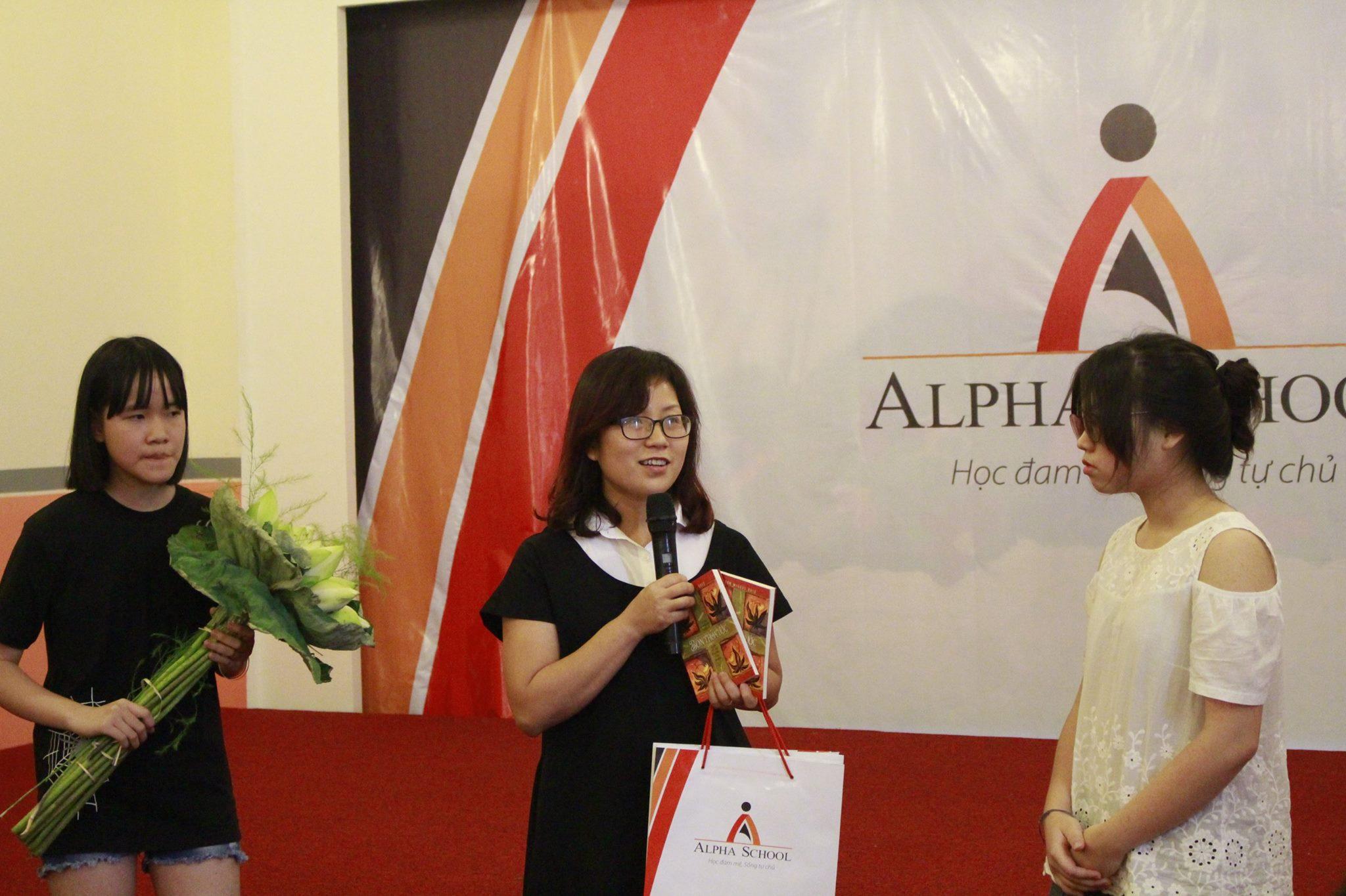 Các bạn cũng được cô Hải Yến, Giám đốc điều hành tặng quà kỷ niệm trước khi bay sang Mỹ du học.