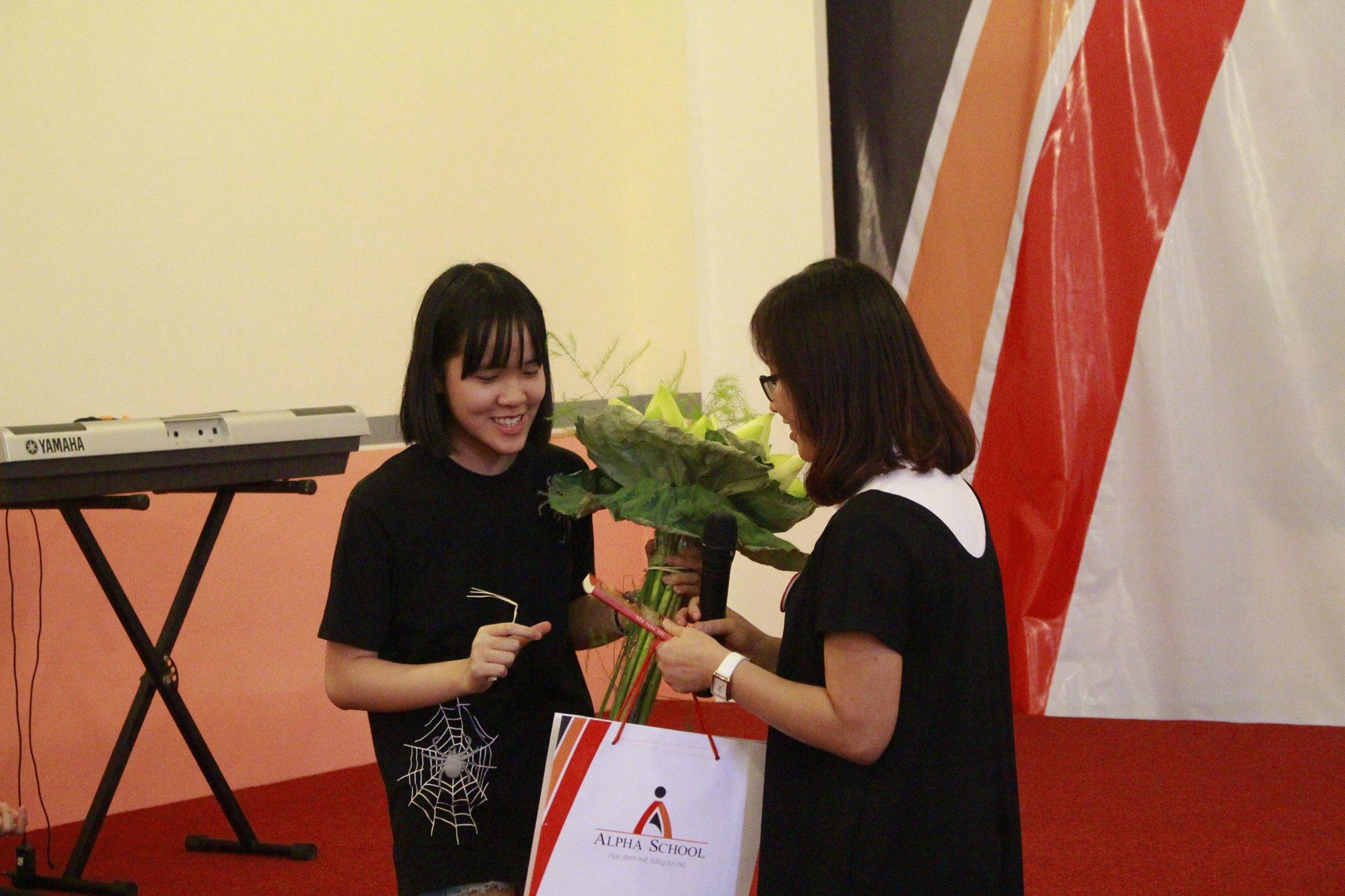 Khánh Linh tặng lại nhà trường một bó hoa Sen trắng rất đẹp.