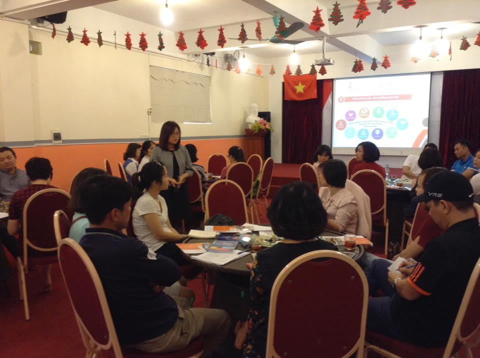 Chị Trần Thị Hải Yến chia sẻ với phụ huynh về phương pháp nuôi dạy con