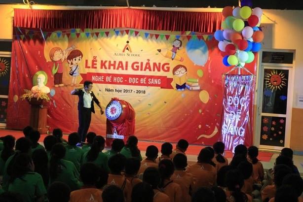 Cô Khánh Ngọc - Hiệu trưởng trường Alpha đánh trống khai giảng năm học 2017 - 2018