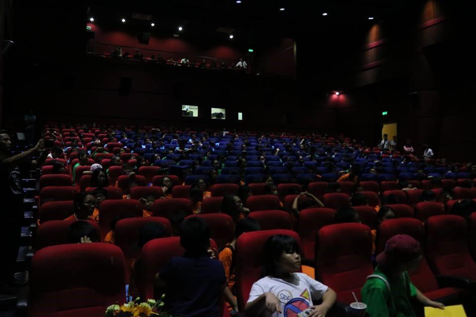 Cả trường đi xem phim Cha cõng con