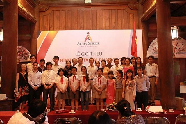 Những học sinh đầu tiên: Thu Hà, Đức Minh, Minh Thuỷ, Trúc An, Châu Anh trong ngày ra mắt trường