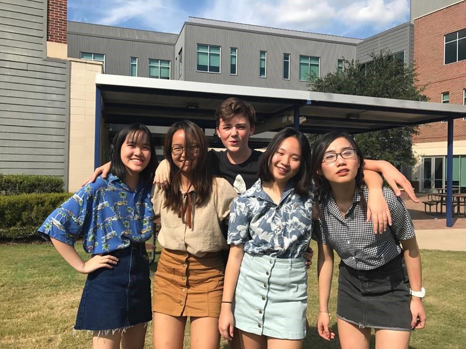 Khánh Linh (ngoài cùng bên trái) và các bạn học cùng trường