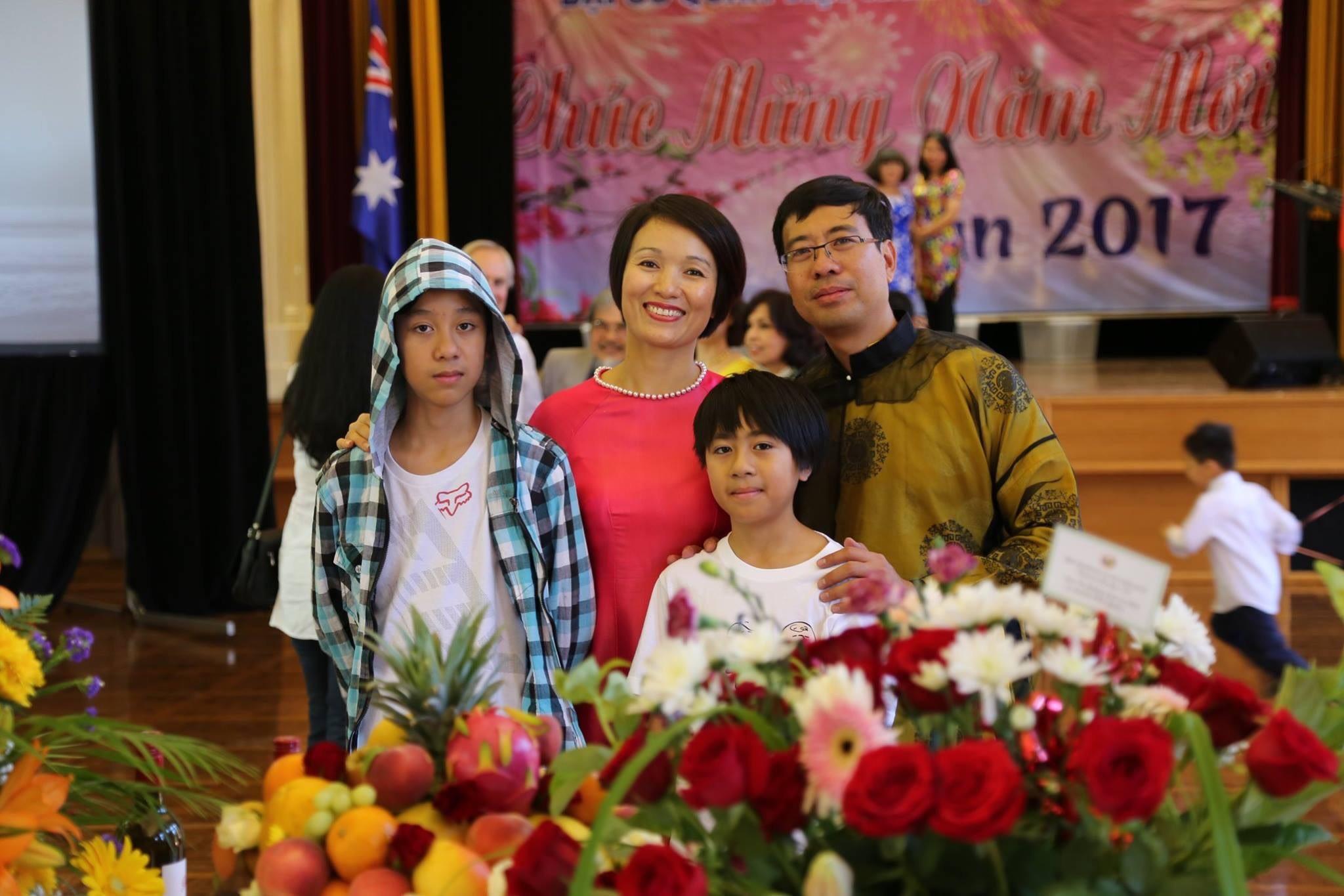 Hoàng Long (ngoài cùng bên trái) cùng bố mẹ và em tại trong dịp Tết 2017 tại Úc